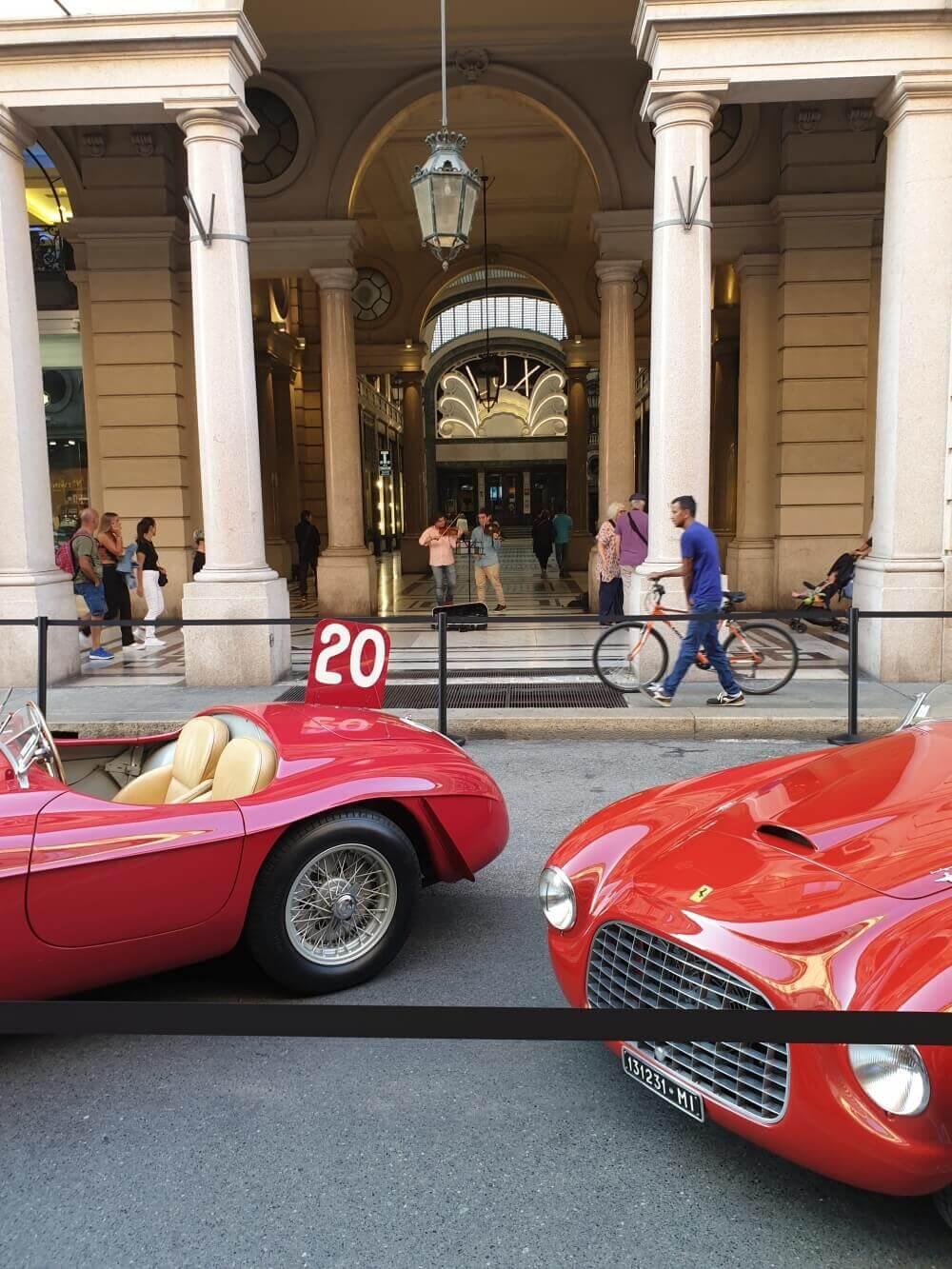 Czerwone zabytkowe samochody w Turynie