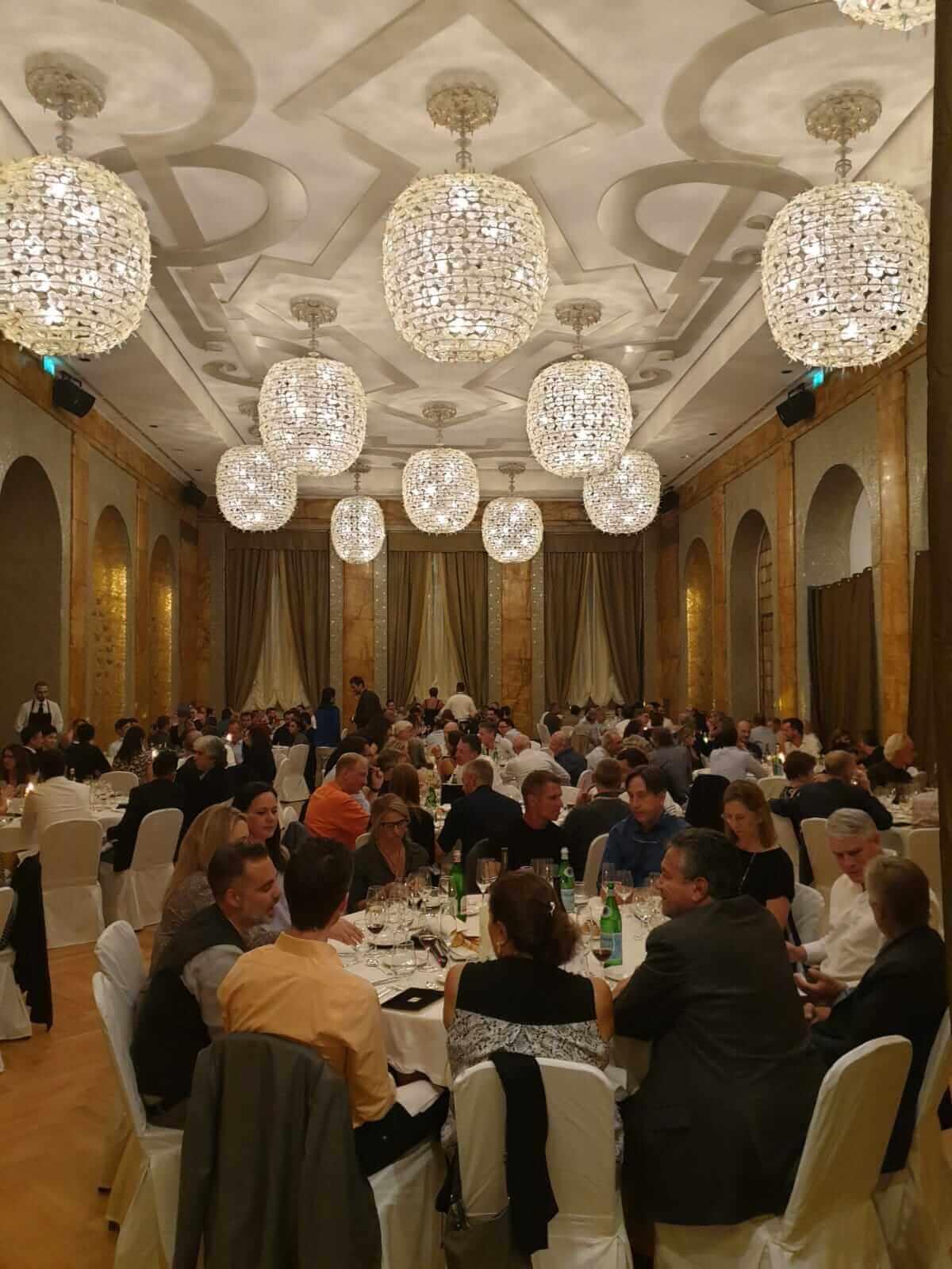 Rozmowy przy stolikach podczas 2 Symposium Intrauma w Turynie